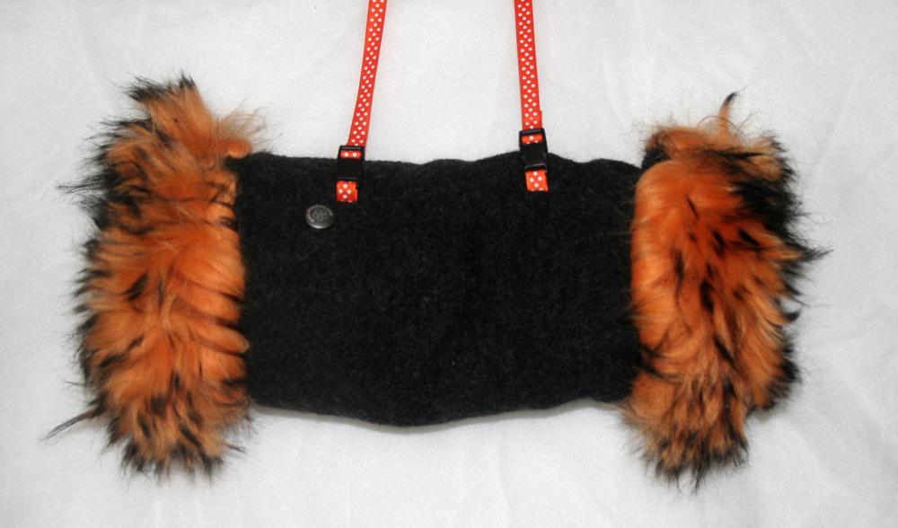 http://www.imaygine.com/wp-content/uploads/2013/12/manchon-fourrure-noire-orange-2.jpg