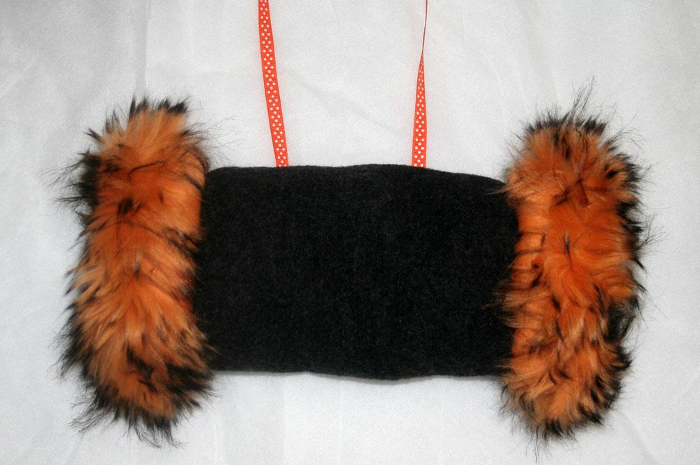 http://www.imaygine.com/wp-content/uploads/2013/12/manchon-fourrure-noire-orange.jpg